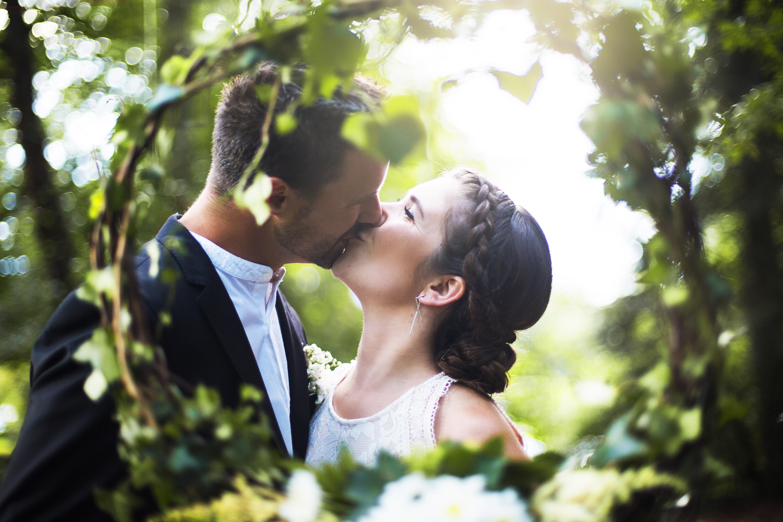 Mariage St-Nolff couple amour bisous, photographe morbihan vannes, bretagne