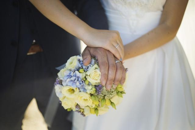 Photographe mariage portrait couple morbihan vannes bretagne, bouquet de fleur mariée