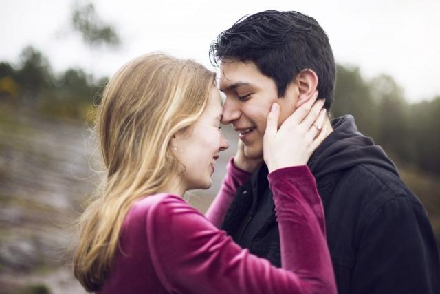 Séance d'engagement couple love , photographe portrait mariage vannes brocéliande morbihan bretagne